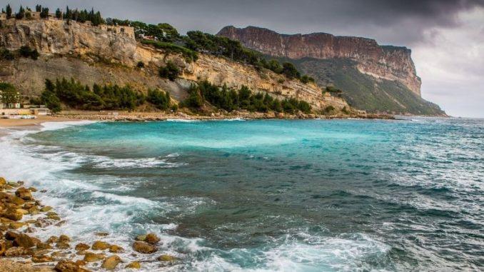 sud de la france plage ciel gris eau turquoise